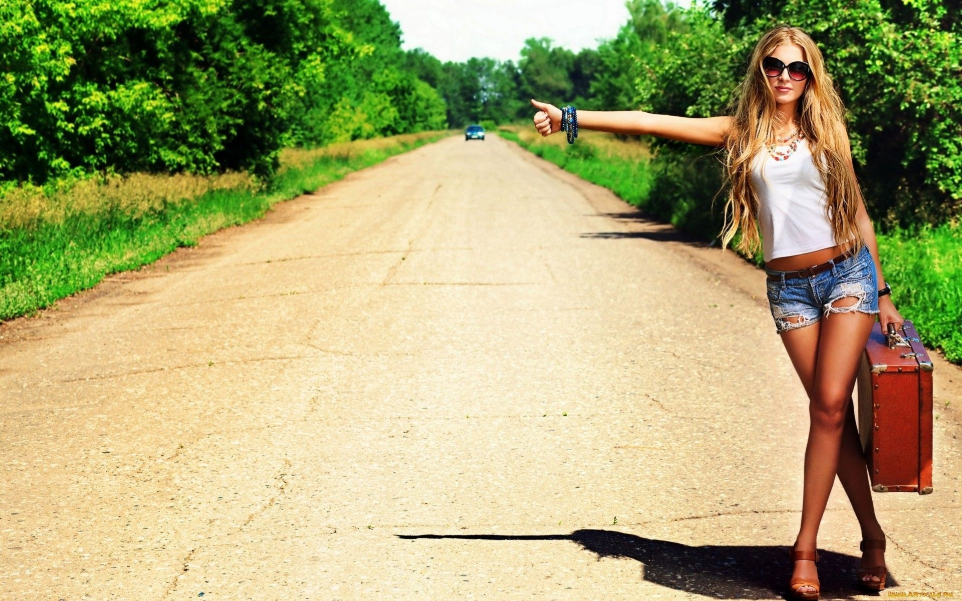 Частное фото девушек на фоне дороги 25 фотография